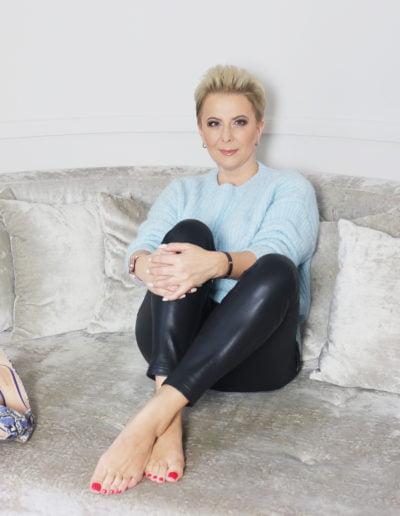 Ania Urbańska na kanapie
